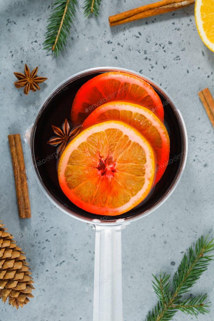 Draufsicht auf einem Topf mit traditionellem Weihnachtsgetränk Glühwein