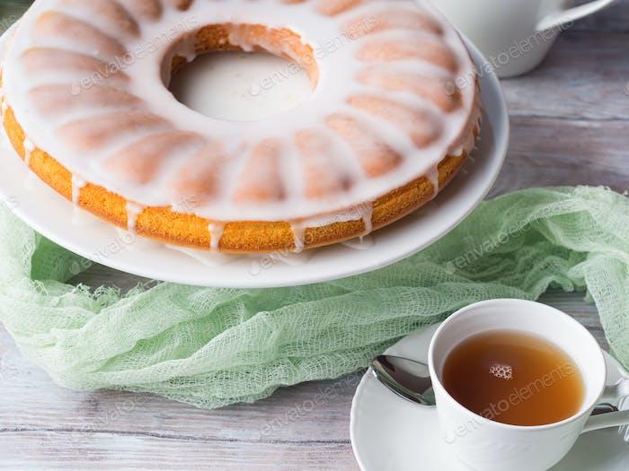 Bundt Kuchen mit Zuckerguss. Ostern festliches Dessert