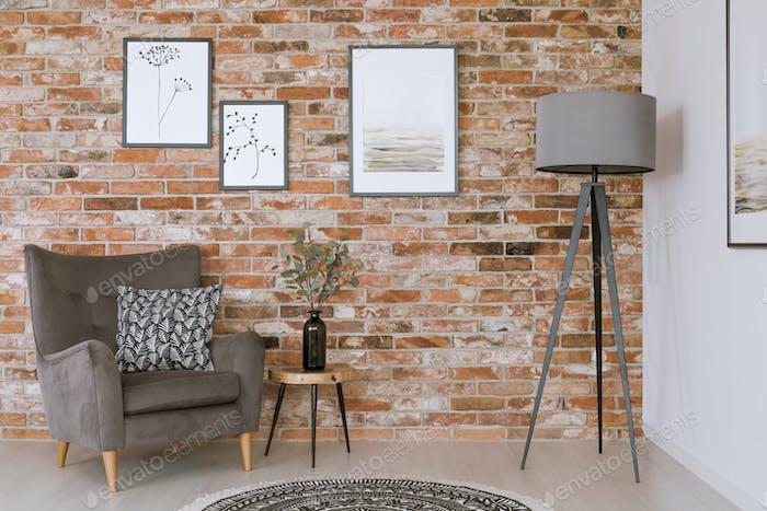 Graue Möbel gegen Ziegelmauer