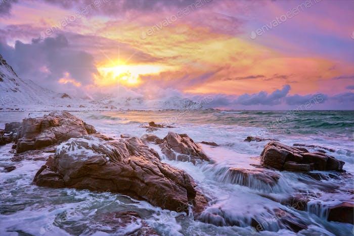Norwegische Meereswellen an der felsigen Küste der Lofoten Inseln, Norwegen
