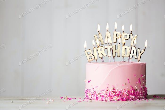 Rosa Geburtstagskuchen mit Glückwunschkerzen
