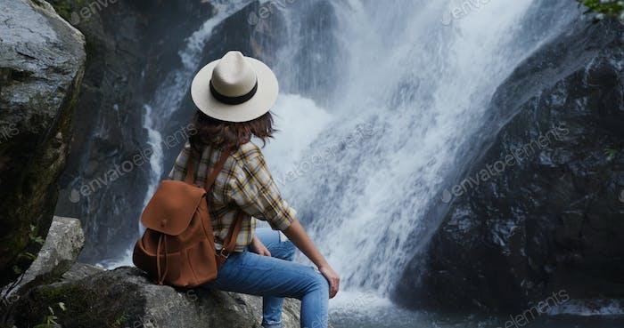 Frau genießen die Aussicht auf die Landschaft