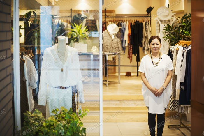 Frau arbeitet in einer Mode-Boutique in Tokio, Japan.