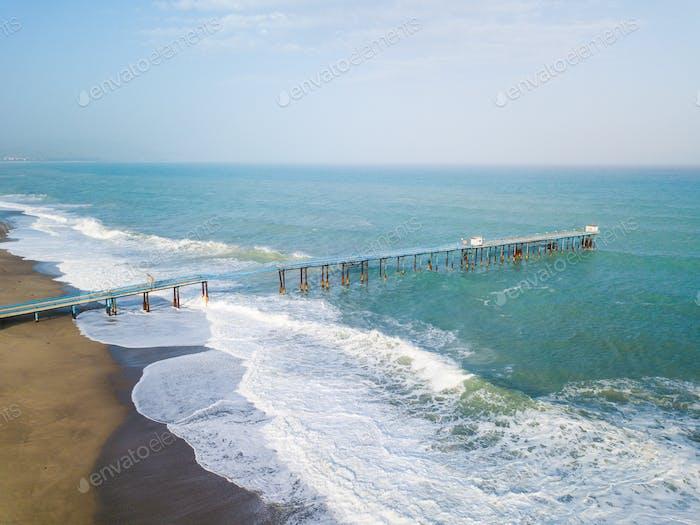 Beschädigte industrielle Pier auf dem Ozean