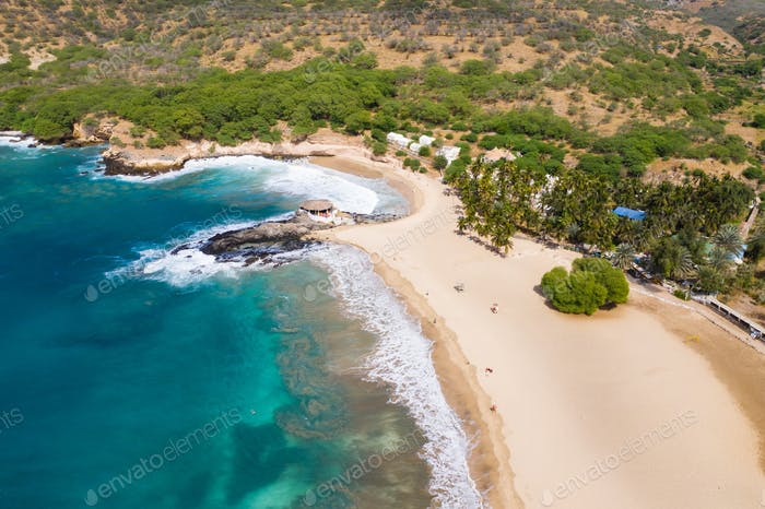 Vista Aéreo de la Playa de Tarrafal en la Isla de Santiago en Cabo Verde - Cabo Verde