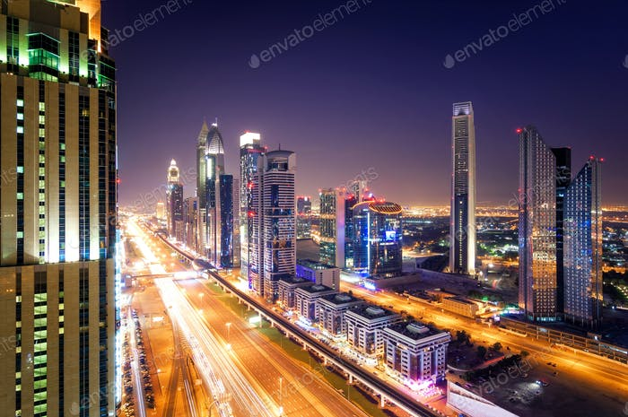 Noche del horizonte del centro de Dubai y atasco de tráfico durante la hora punta. Dubai, Emiratos Árabes Unidos