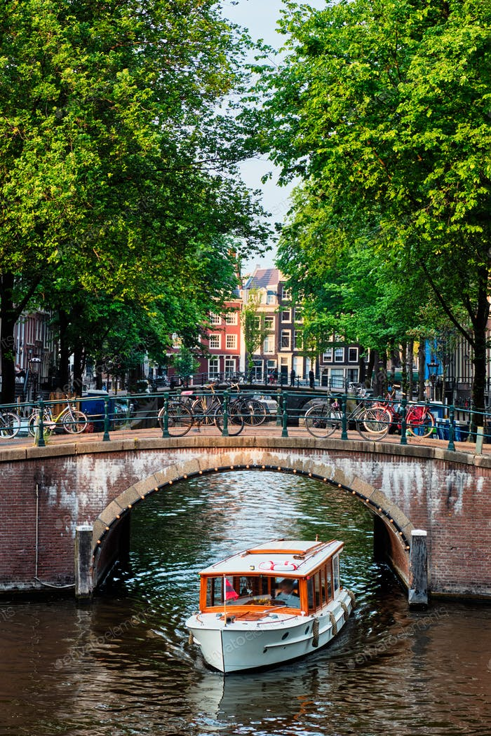Amsterdamer Blick - Kanal mit Boad, Brücke und alten Häusern