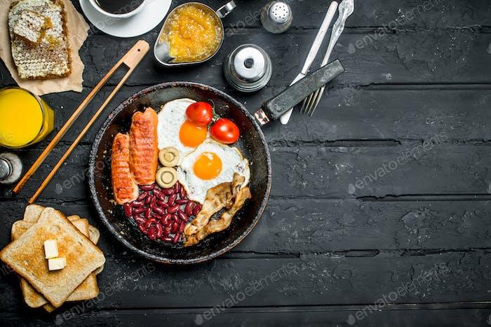 Traditionelles englisches Frühstück mit Orangensaft.