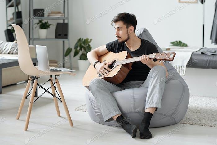 Video ansehen, wie man Gitarre spielt