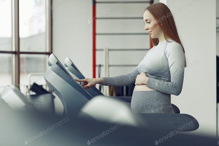 Schwangere Frau Training in einem Fitnessstudio