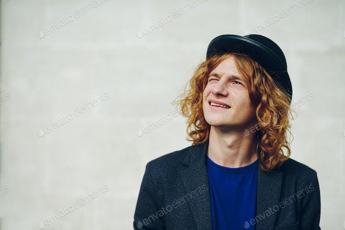 Nahaufnahme Porträt von jungen rötlich lockigen Mann