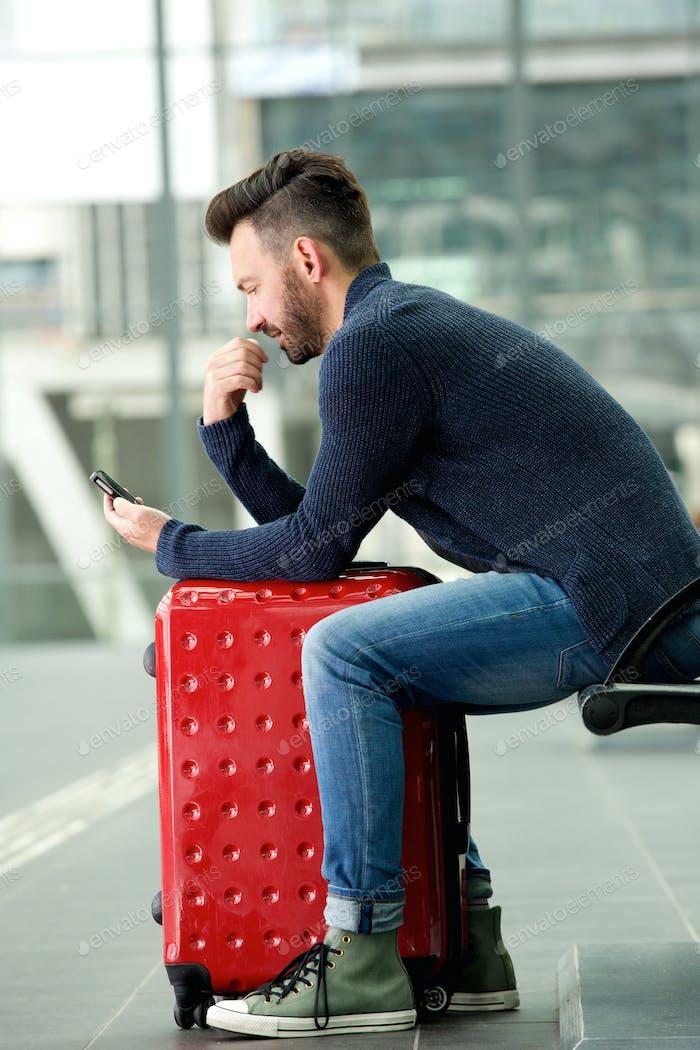 Reifer Mann wartet am Bahnhof