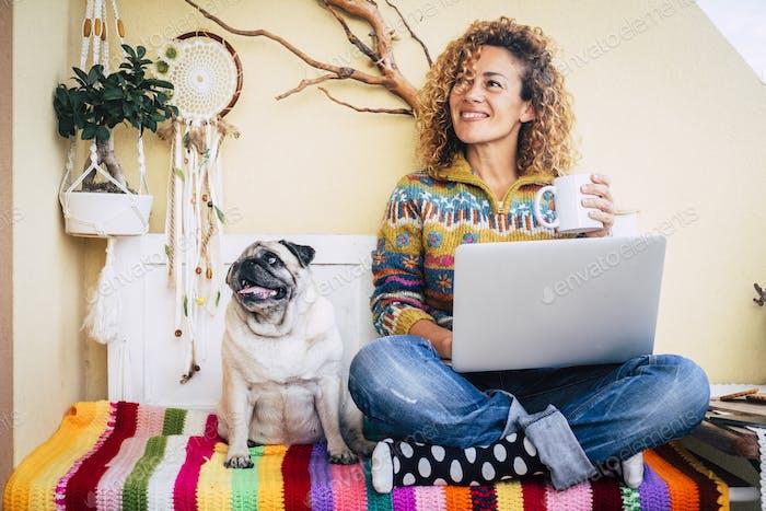 Glückliches Paar Frau und lustiger Hund zu Hause