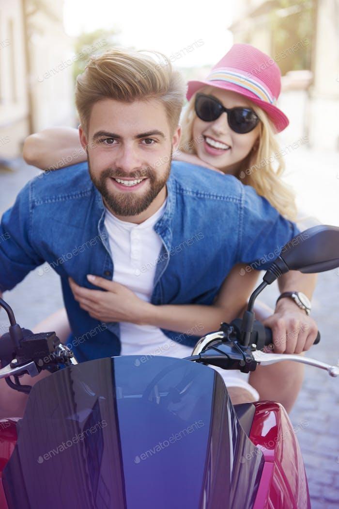 Junges Paar reitet einen Roller