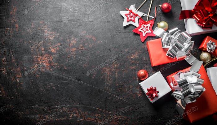 Verschiedene Weihnachtsboxen und Weihnachtsdekorationen.