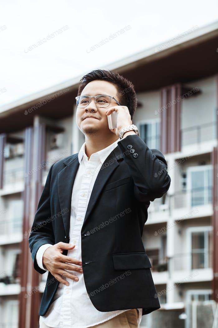 Concept Business - Homme d'affaires sérieux parler avec son projet