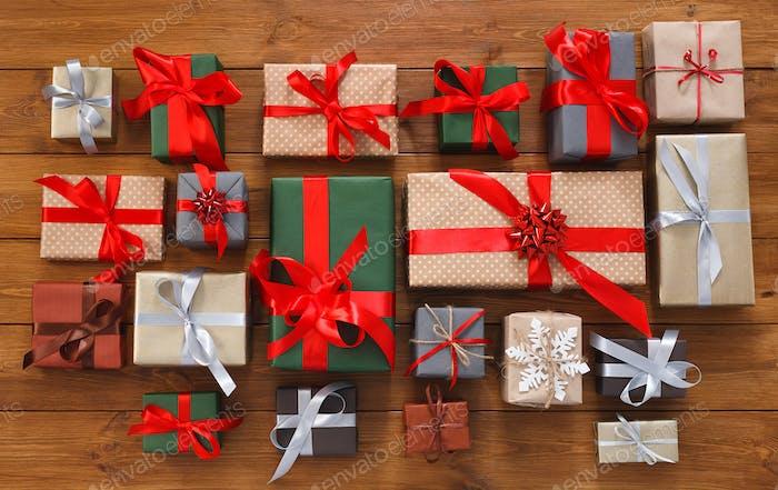 Viele Geschenkboxen auf Holz, Weihnachtsgeschenke in Papier