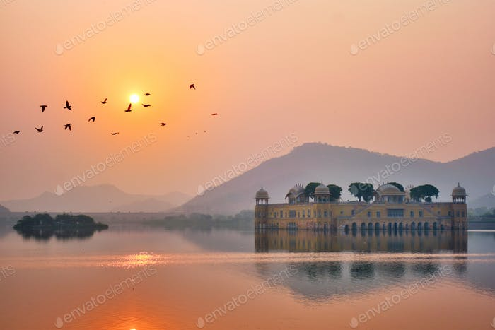 Ruhiger Morgen im Jal Mahal Water Palace bei Sonnenaufgang in Jaipur. Rajasthan, Indien
