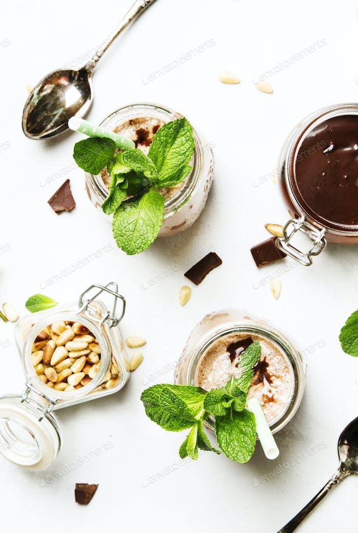 Schokoladenmilchshake oder Cocktail mit grüner Minze und Zedernnüssen
