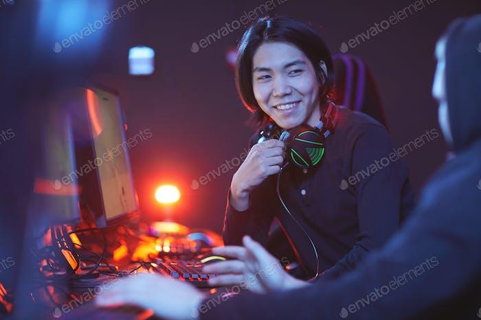 Jóvenes disfrutando de videojuegos en Club