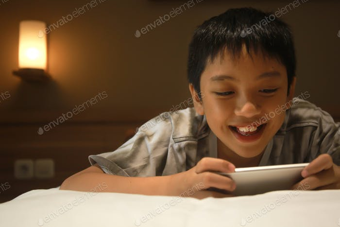 Junge mit seinem Smartphone