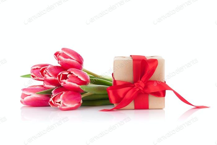 Rote Tulpenblüten und Geschenkbox