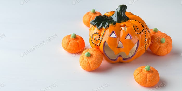 Dekorativer Kürbis mit orangefarbenen Marshmallows