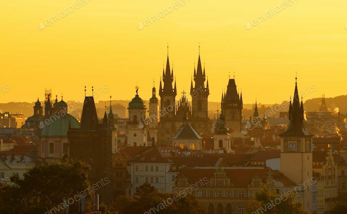 Die gotische Kirche Unserer Lieben Frau vor Tyn während der erstaunlichen Sonnenaufgang. Prag, Tschechische Republik