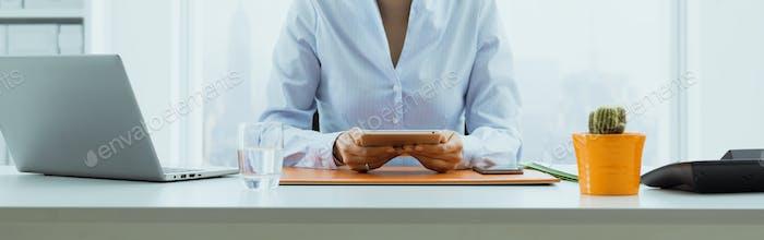 Geschäftsfrau arbeitet mit einem digitalen Tablet