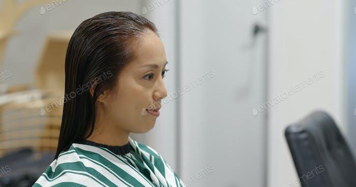 Asiatisch mit Haarbehandlung im Schönheitssalon