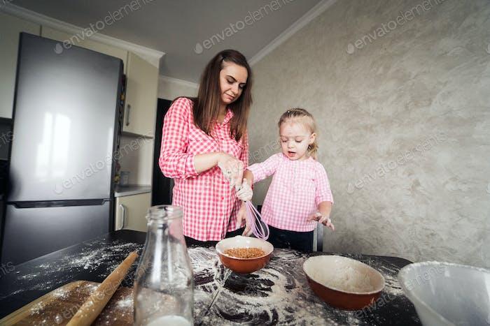 Mamá y hija juntos en el Cocina