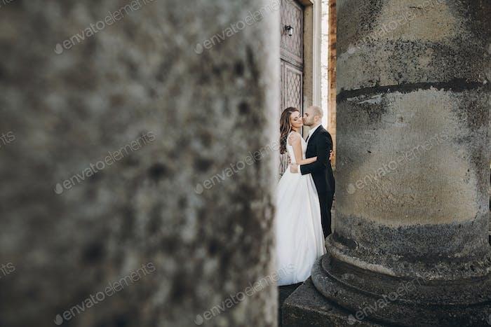 Stilvolle schöne Braut und Bräutigam sanft umarmt