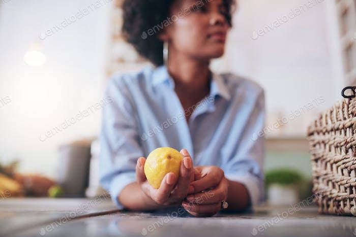 Frau an einer Saftbar Theke mit Zitrone
