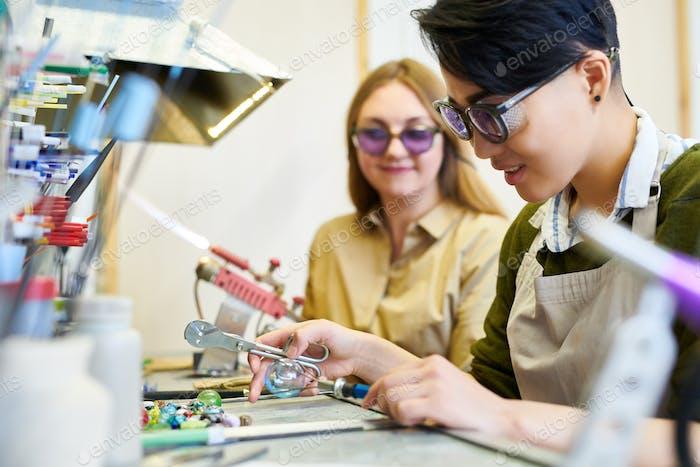 Künstlerinnen, die im Glasbearbeitungsstudio arbeiten