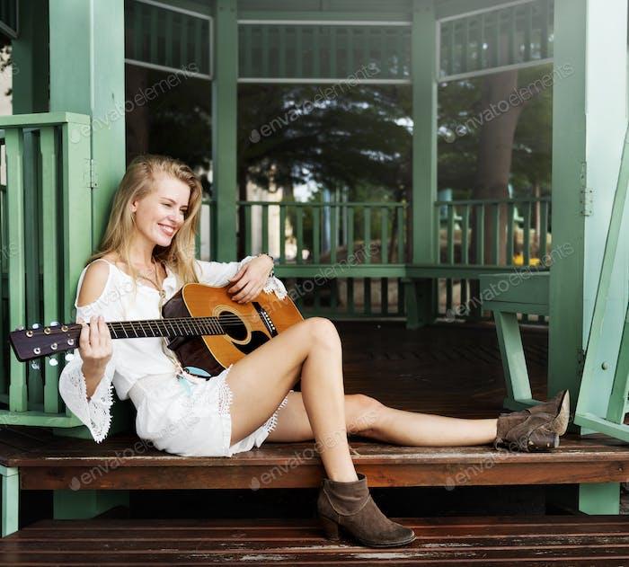 Frau spielt Gitarre Freizeit Hobby Konzept