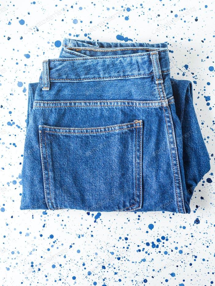 Paar Jeans aus Denim auf weißem Hintergrund