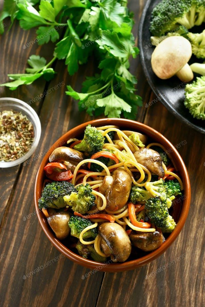 Nudeln mit Gemüse in Schüssel