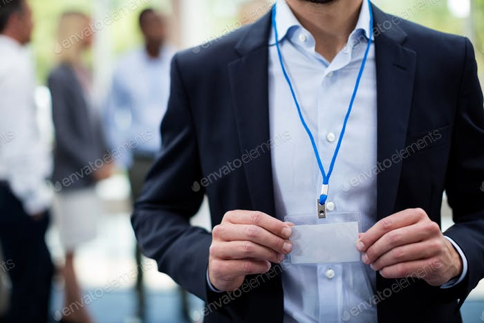 Sección media del empleado que muestra la tarjeta de identificación
