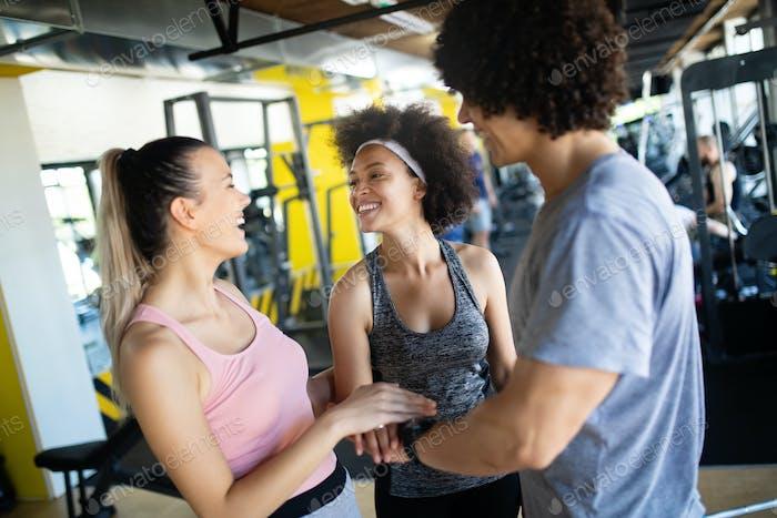 Glückliche Gorup von gesunden Menschen Training im Fitnessstudio