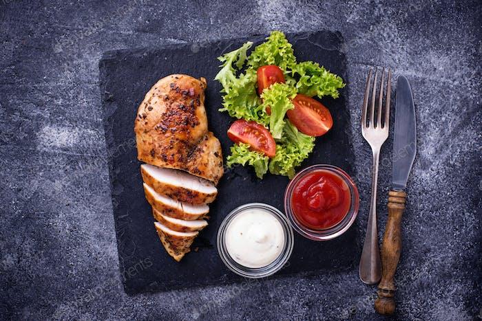 Gegrillte Hähnchenbrust mit Gemüsesalat