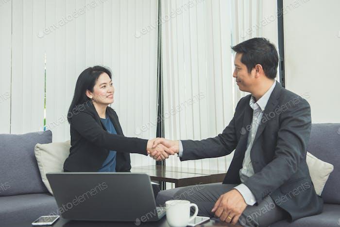 Negociación de negocios, Imagen empresarias apretón de manos, feliz con el trabajo.