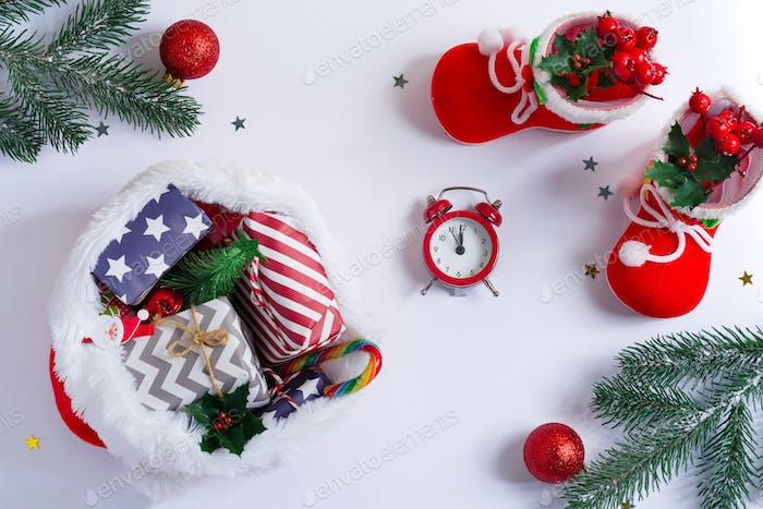 Weihnachtskarte mit festlicher Weihnachtsdekoration und Geschenken