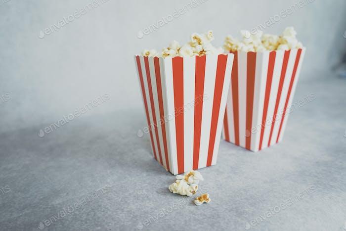 Klassische Pop-Maisbehälter perfekt für das Kino