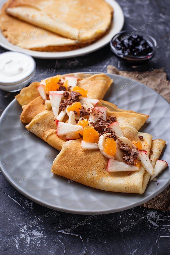 Pfannkuchen Crepes mit verschiedenen Früchten und Schokolade