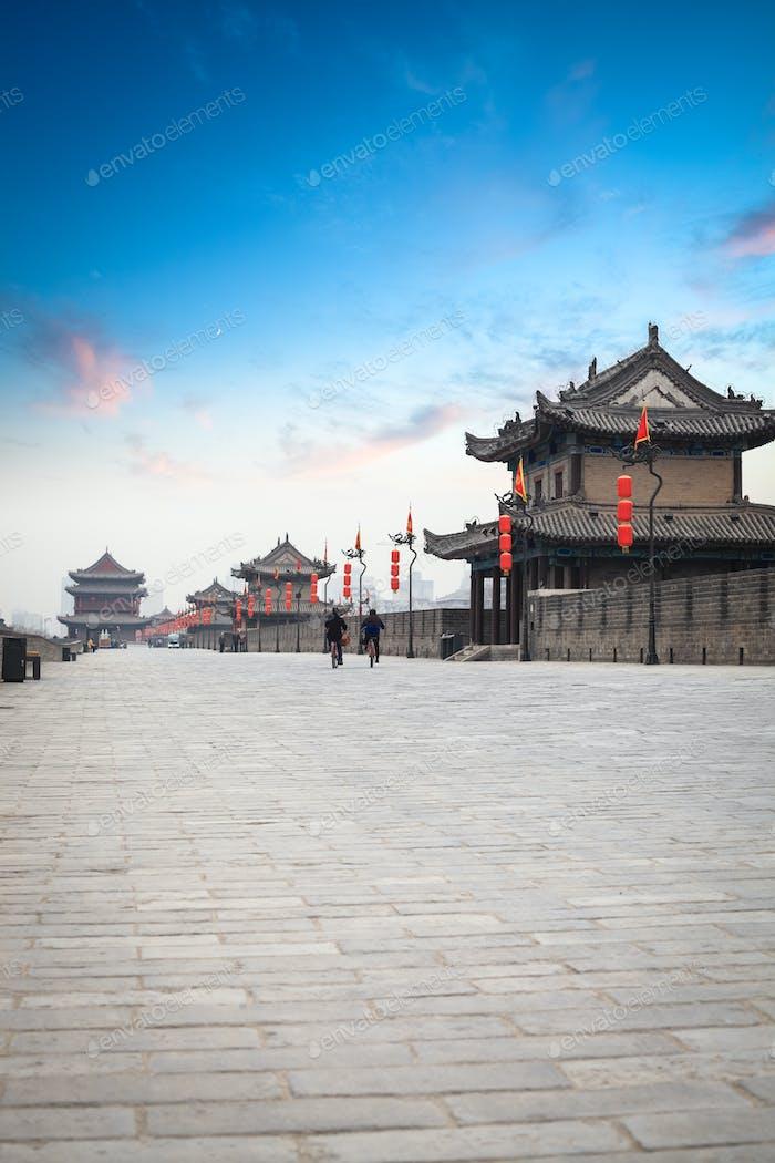 Xian Stadtmauer in der Dämmerung