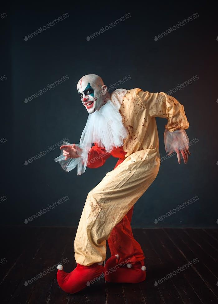 Verrückter blutiger Clown schleicht sich und zeigt das stille Zeichen