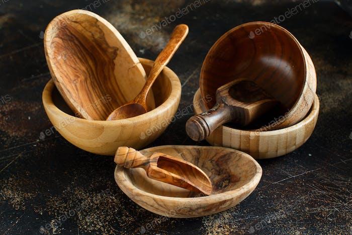 Leere Holzschalen und Löffel