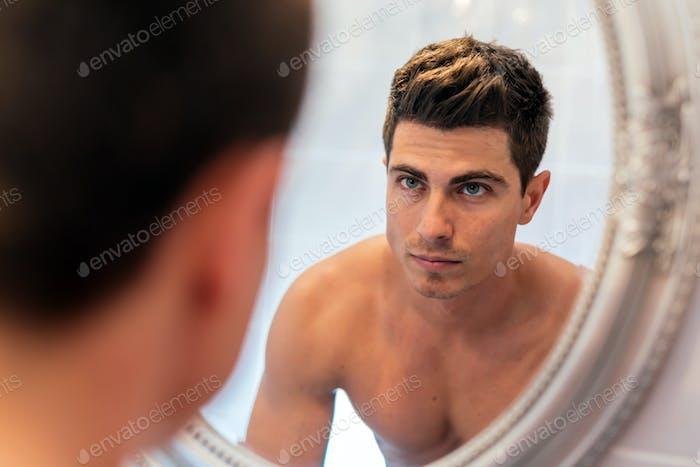 Schöner Mann im Spiegel
