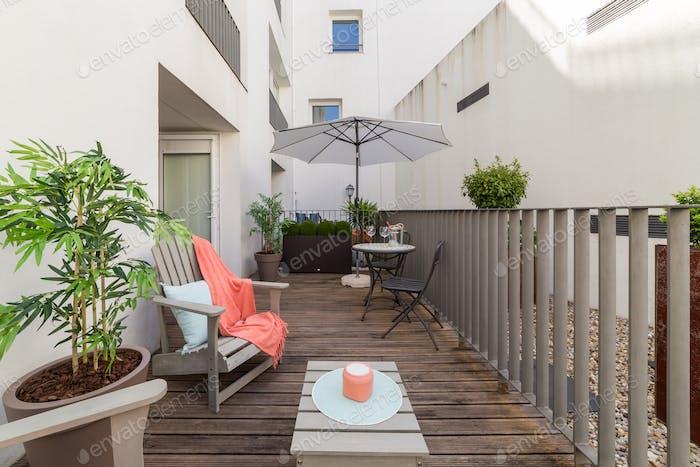 Pequeño balcón en medio de complejo de apartamentos