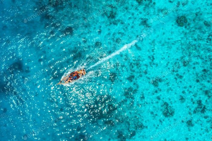 Luftaufnahme des Fischerbootes in transparentem blauem Wasser